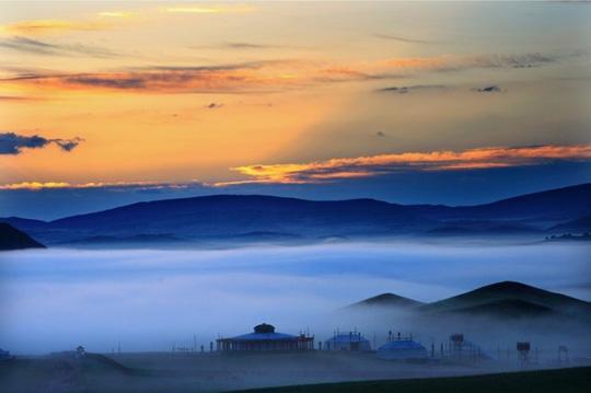 草原上薄雾缭绕